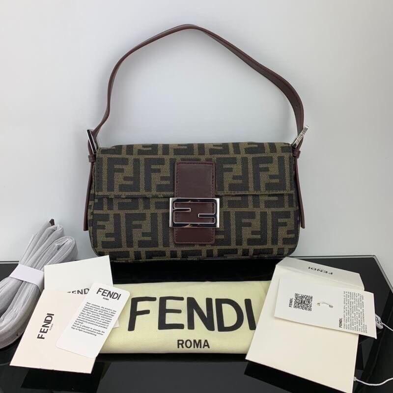ถือแล้วสวยเก๋ไก๋ กระเป๋า Fendi Zucca Baguette Bag in Brown