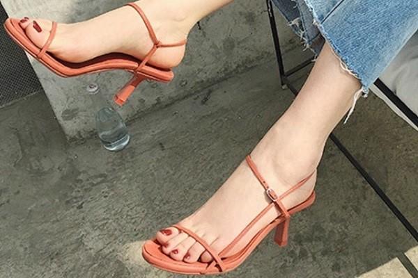 วิธีสวมรองเท้าแบบเปลือยให้สวยและดูดี แฟชั่นใหม่ การแต่งตัว ความงาม สไตล์การแต่งหน้า Lifestyle เทคนิคสวมรองเท้าแบบเปลือย